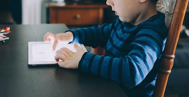 Laisser les enfants devant les écrans, est-ce une bonne pratique ?